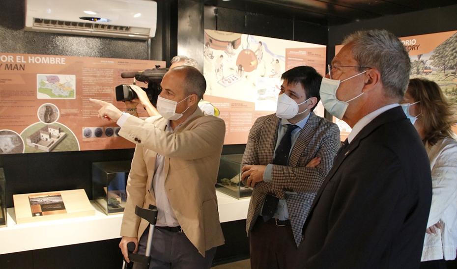 El consejero Rogelio Velasco atiende las explicaciones sobre el nuevo proyecto de Mina Cobre Las Cruces.