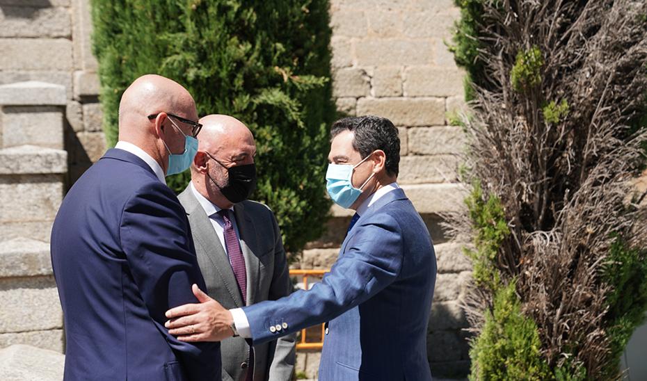Moreno saluda al rector, Joaquín Goyache, y al presidente del Consejo Social, Nuño de la Rosa.