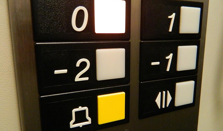 Rescatado un hombre tras caer por el hueco del ascensor en El Ejido