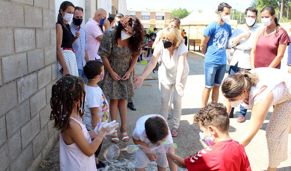 Rocío Ruiz visita a la Escuela de Verano de la asociación Carabela