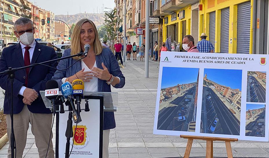 Carazo recorre la nueva avenida Buenos Aires de Guadix