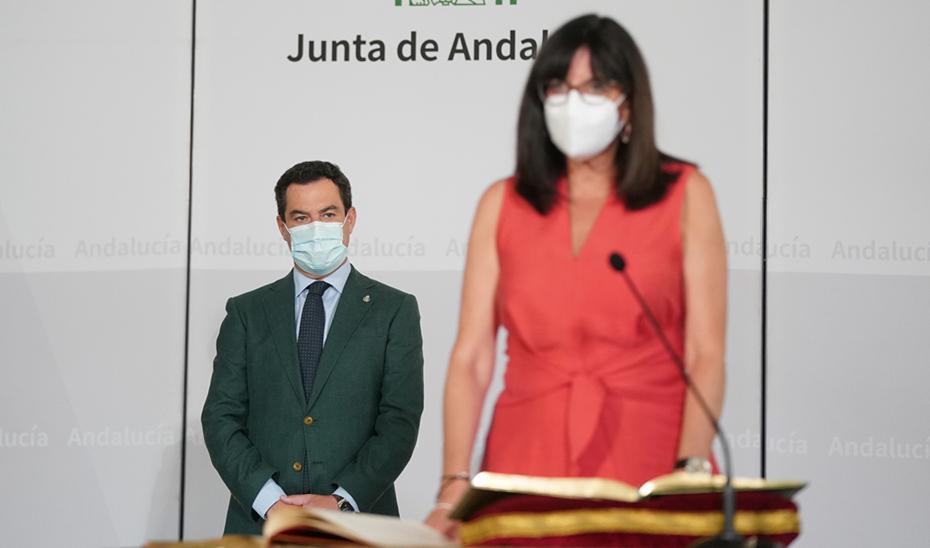 El presidente observa a Mª Antonia Peña en el momento de tomar posesión de su cargo.