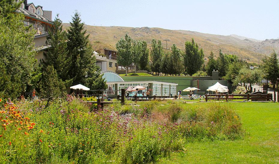 La oferta de verano de Sierra Nevada incluye la piscina en un marco incomparable.