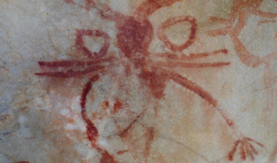 Una de las figuras antropomorfas, con detalles de aretes y en los brazos.