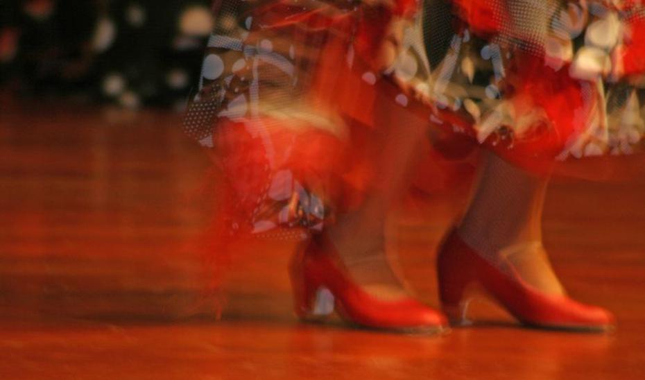 Los pies de una bailaora en un espectáculo flamenco.