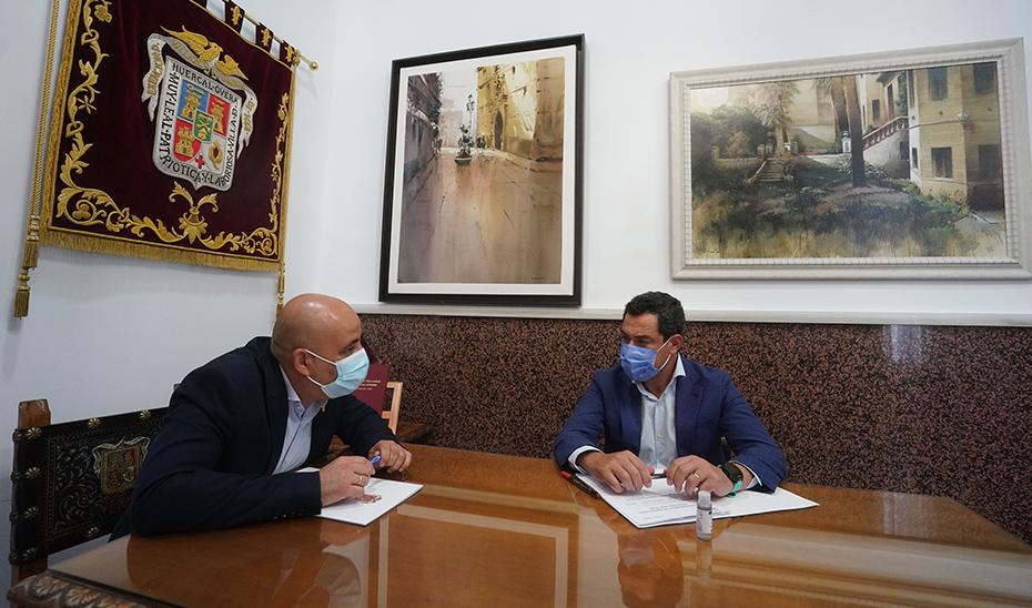 El presidente andaluz se reunió con el alcalde de Huércal-Overa en el ayuntamiento.