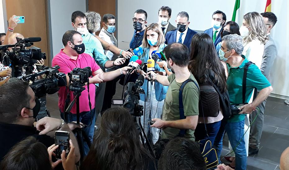 Blanco informa a los medios del nuevo programa de empleo y formación de la Junta, en Linares (Jaén).