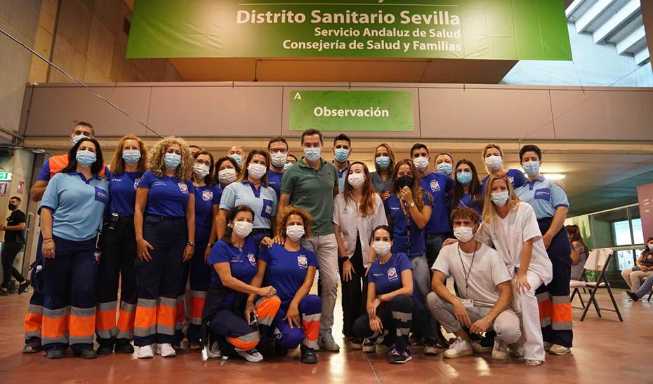 Foto de familia de Moreno con profesionales y participantes en la campaña de vacunación.