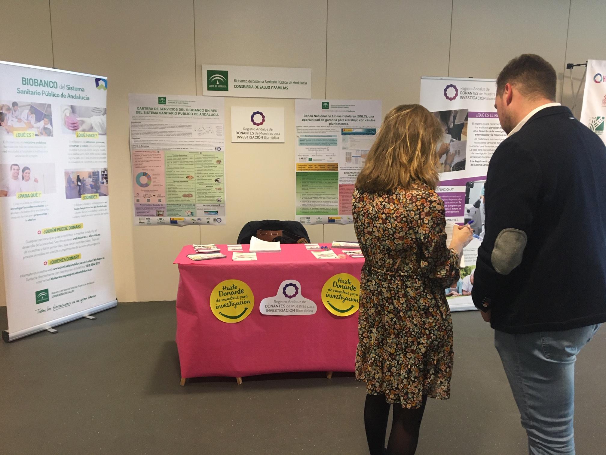 Personal del Biobanco informando a asistentes