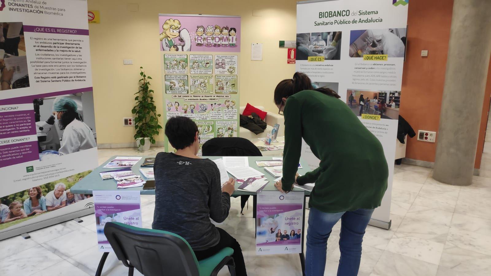 Donantes inscribiéndose en el registro