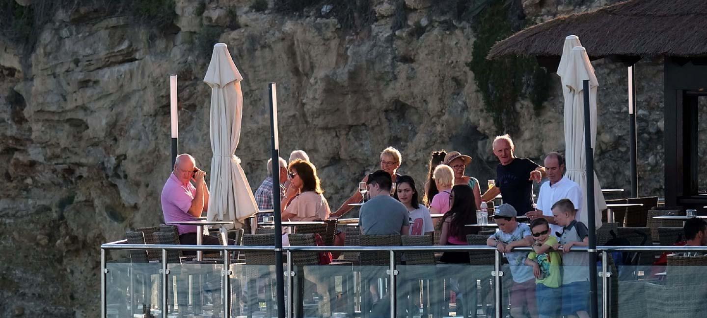 Turistas en la localidad de Nerja