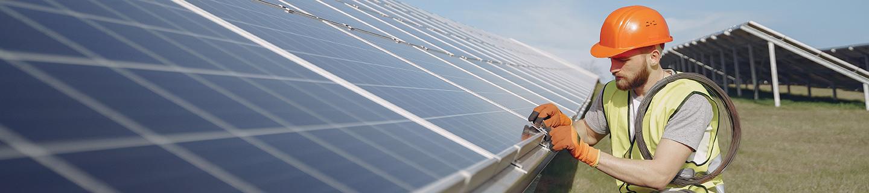 Operario de placas solares haciendo una inspección