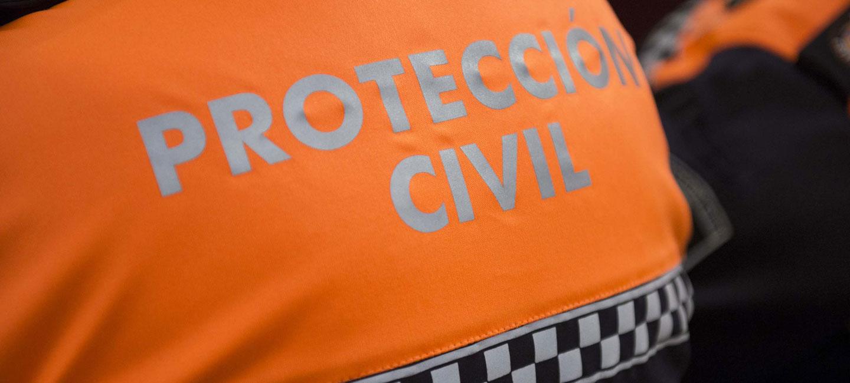 Logotipo de Protección Civil en la espalda de un voluntario