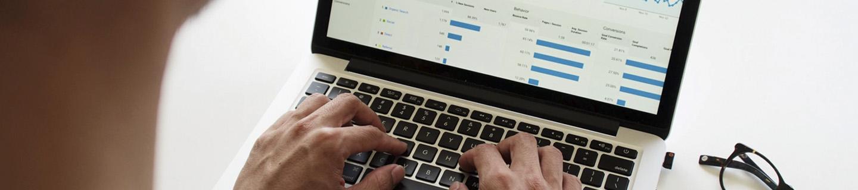 Manos sobre ordenador